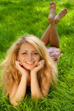 草的新微笑的妇女 免版税库存照片