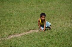 绿草的男孩在菲律宾 免版税库存照片