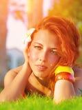 绿草的红头发人女孩 免版税图库摄影