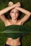 草的美丽的女孩 免版税库存照片