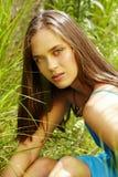 草的美丽的妇女 免版税库存图片