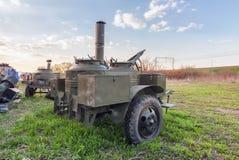 草的老军事拖车野外用的全套炊具 库存照片