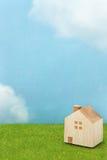 绿草的议院在蓝天和云彩 库存照片