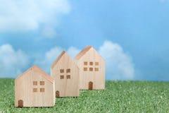 绿草的议院在蓝天和云彩 库存图片