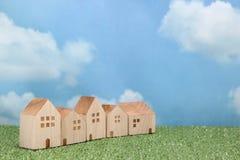 绿草的议院在蓝天和云彩 图库摄影