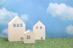 绿草的议院在蓝天和云彩 免版税库存图片