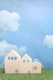 绿草的议院在蓝天和云彩 免版税库存照片