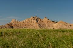草的领域在不祥之物下的在荒地 库存照片
