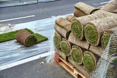 草皮在路滚动准备好被放置 免版税库存图片