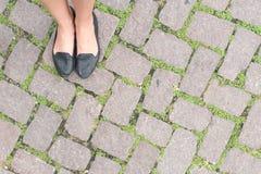 草石地板纹理路面设计和woman& x27; s脚 免版税图库摄影