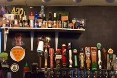草稿和瓶啤酒选择在Paseo区俄克拉何马市 库存图片