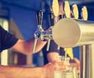 草稿在酒吧的桶装啤酒轻拍 葡萄酒神色 免版税库存照片