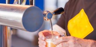 草稿在酒吧的桶装啤酒轻拍 免版税库存图片