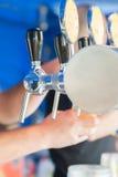 草稿在酒吧的桶装啤酒轻拍 图库摄影