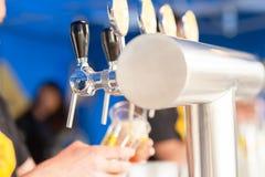 草稿在酒吧的桶装啤酒轻拍 免版税库存照片