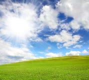 草绿色下小山天空 免版税库存照片