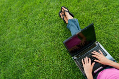 草膝上型计算机妇女 库存图片