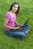 草膝上型计算机妇女 库存照片