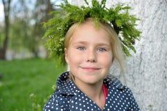 草花圈头的孩子 免版税库存照片