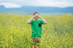 绿草草坪的愉快的逗人喜爱的英俊的小孩男孩用开花的黄色蒲公英在晴朗的春天或夏日开花 littl 免版税库存照片