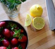 草莓、柠檬和草本 库存照片