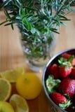 草莓、柠檬和草本 免版税库存照片