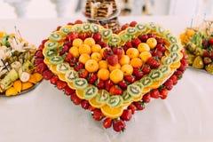 草莓、桔子和猕猴桃的热的特写镜头视图 婚礼桌集合 库存照片