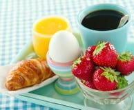 草莓、汁液、新月形面包和咖啡早餐 库存照片