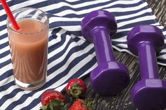 草莓、汁液和哑铃 免版税库存照片