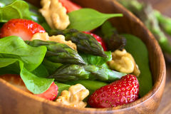 草莓、芦笋、菠菜和核桃沙拉 免版税图库摄影