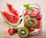 草莓、西瓜和猕猴桃的被灌输的水混合 库存照片