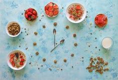 草莓、muesli、牛奶和土耳其快乐糖在绿松石桌上 早餐匙子展示时间的时刻 图库摄影