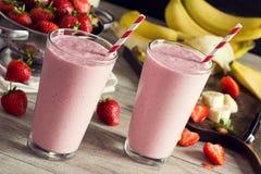 草莓与成份的香蕉圆滑的人 免版税库存图片