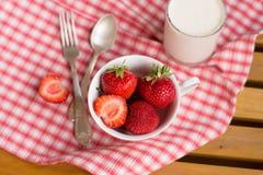 草莓与提取乳脂,匙子,早餐 免版税图库摄影