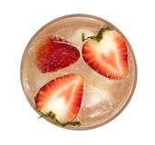 草莓与新鲜的草莓切片顶视图isola的汁苏打 库存图片