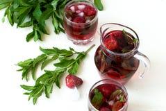草莓与薄菏和冰选择聚焦的mojito鸡尾酒 库存照片