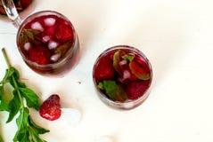 草莓与薄菏和冰选择聚焦的mojito鸡尾酒 免版税库存照片