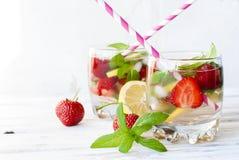 草莓与薄菏和冰选择聚焦的mojito鸡尾酒 免版税库存图片