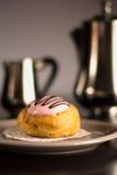 草莓与银色套的奶油饼酥皮点心咖啡和牛奶 免版税库存图片