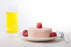 草莓与饮料的卷蛋糕 库存照片