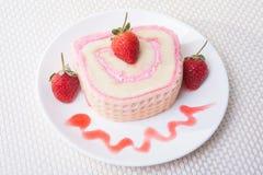 草莓与饮料的卷蛋糕 免版税库存照片