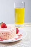草莓与饮料的卷蛋糕 免版税图库摄影