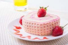 草莓与饮料的卷蛋糕 图库摄影
