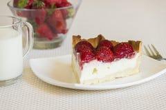 草莓乳脂干酪饼片断  免版税库存照片