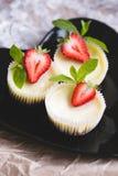 草莓乳酪蛋糕和新鲜的莓果 免版税库存图片