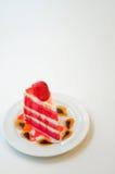 草莓乳酪蛋糕白色背景和空间文本的 免版税库存照片