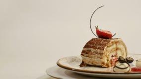 草莓乳酪蛋糕顶视图在木桌上的 巧克力蛋糕片断用草莓在上面装饰 片断  图库摄影