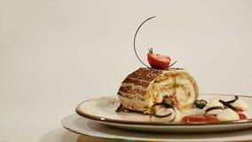 草莓乳酪蛋糕顶视图在木桌上的 巧克力蛋糕片断用草莓在上面装饰 片断  免版税库存图片