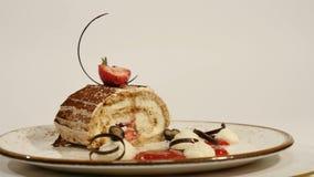 草莓乳酪蛋糕顶视图在木桌上的 巧克力蛋糕片断用草莓在上面装饰 片断  免版税库存照片