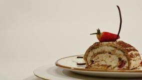 草莓乳酪蛋糕顶视图在木桌上的 巧克力蛋糕片断用草莓在上面装饰 片断  股票录像